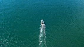 Sikt från luften - powerboaten seglar till havet Royaltyfri Fotografi