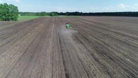Sikt från luften som arbetar på traktoren lager videofilmer