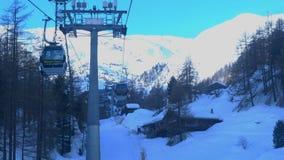 Sikt från Matterhorn den uttryckliga kabelbilen från Zermatt Vllage till Klein Matterhorn arkivfilmer