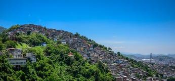 Sikt från Mirante Dona Marta till kullen av slumkvarteret, favelaMor arkivfoton