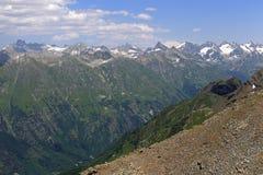 Sikt från monteringen Moussa-Achitara till berget Elbrus, Dombai, Ryssland Arkivfoton