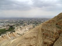 Sikt från monteringsfrestelse över Jericho på det döda havet och Jordanienberg royaltyfri fotografi