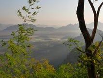 Sikt från monteringszwegabin i dalen under under soluppgång Royaltyfria Foton
