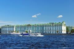 Sikt från Neva River på eremitboningmuseet, St Petersburg Arkivbild