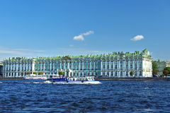 Sikt från Neva River på eremitboningmuseet, St Petersburg Royaltyfria Bilder