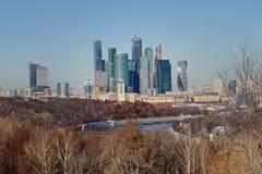 Sikt från observationsdäcket på Vorobyovyen som är blodig på `en för stad för Moskva för ` för affärsmitt och Moskvafloden Arkivfoto