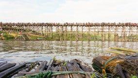 Sikt från oppositen av den måndag bron med turister på Sangkh Arkivfoton