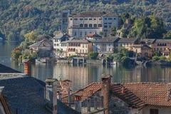 Sikt från Orta San Giulio på sjön Orta, Italien Arkivbild