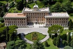 Sikt från ovannämnd hus för Vaticanen och trädgård av påven Arkivbild