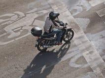Sikt från ovannämnt av en enkel manridningmotorcykel på gatan i Mexico - stad, Mexico Arkivfoto