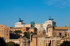 Sikt från ovannämnt av imperialistiskt forum i Rome med bakgrundspi Arkivbilder