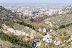 Sikt från ovannämnt av staden av Asenovgrad, Bulgarien Arkivfoton