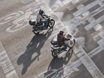 Sikt från ovannämnt av två män som rider motorcyklar på gatan i Mexico - stad, Mexico Arkivbilder