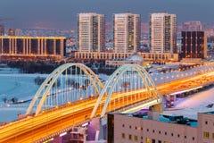 Sikt från ovannämnt på bron M1 över den Ishim floden på en vinterafton i Astana, Kasakhstan fotografering för bildbyråer