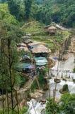 Sikt från ovannämnt på Cat Cat den etniska byn med floden, liten vik och Arkivfoton