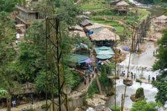 Sikt från ovannämnt på Cat Cat den etniska byn med floden, liten vik och Royaltyfria Bilder