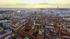 Sikt från ovannämnt på cityscapen av Prague, flyg över staden, bästa sikt lager videofilmer