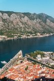Sikt från ovannämnt på den gamla staden av Kotor och den Kotor fjärden, Monteneg royaltyfri bild