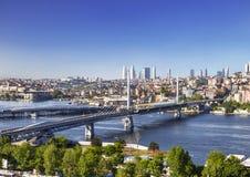 Sikt från ovannämnt på den guld- horn- fjärden och broar, Istanbul Royaltyfri Bild