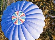 Sikt från ovannämnt på en blå ballong kort förr som landar i Ca Arkivbilder