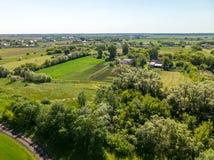 sikt från ovannämnt till bygd i sommar i den Lipetsk regionen i Ryssland Royaltyfri Foto