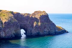 Sikt från ovannämnt till grottan av Diana, udde Fiolent, Sevastopol, Krim royaltyfria foton