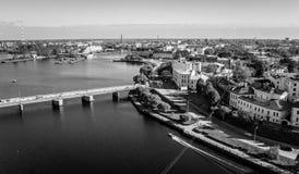 Sikt från ovannämnt till staden, floden och bron Royaltyfria Bilder