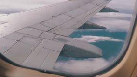 Sikt från passagerareflygplanfönstret på Wing Flying ovanför molnen lager videofilmer