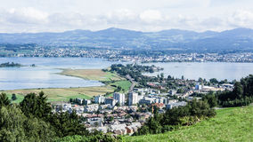 Sikt från Pfaeffikon och sjö Zurich till Rapperswil Arkivfoto