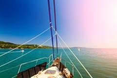 Sikt från pilbågen av en yacht med en sikt av stillhetblåtthavet Arkivfoto