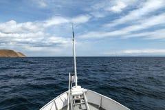 Sikt från pilbågen av ett skepp med gränslöst vatten och härligt c arkivfoto