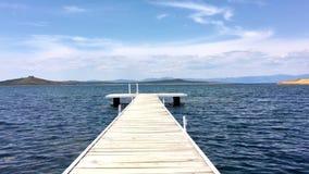 Sikt från pir på havet på ensamhetstranden på den Cunda Alibey ön Balikesir Turkiet lager videofilmer