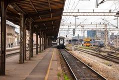 Sikt från plattformen av den huvudsakliga järnvägsstationen Arkivbilder