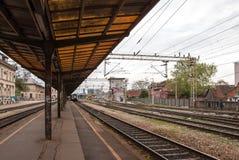Sikt från plattformen av den huvudsakliga järnvägsstationen Arkivfoton