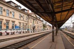 Sikt från plattformen av den huvudsakliga järnvägsstationen Arkivbild