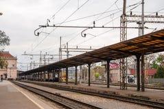 Sikt från plattformen av den huvudsakliga järnvägsstationen Arkivfoto