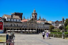 Sikt från plazaen de la Republica i mitten av staden till dess historiska byggnader och Castillo de Braga arkivfoto