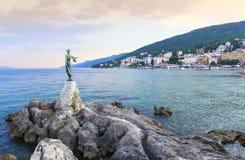 Sikt från promenaden av Opatija i Istria på aftonen, Kroatien Arkivbild