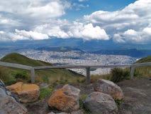 Sikt från Quito TeleferiQo royaltyfri bild