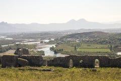 Sikt från riunsna av slotten Skoder i Albanien på flodBuna royaltyfri foto