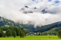 Sikt från Saalfelden i Österrike i riktning av Berchtesgaden arkivbilder