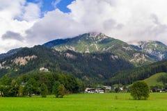 Sikt från Saalfelden i Österrike i riktning av Berchtesgaden fotografering för bildbyråer