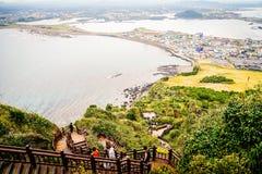 Sikt från Seongsan Ilchulbong (soluppgångmaximum), ett av UNESCEN Arkivbild