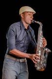 Sikt från sidan, en musiker som spelar hans saxofon Trevligt och härligt instrument i jazzmusik Arkivbilder