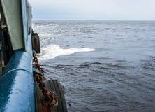 Sikt från skepp- eller skytteldäck till det öppna havet - tungt arbete på havet arkivbilder