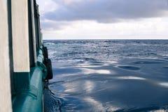 Sikt från skepp- eller skytteldäck till det öppna havet - tungt arbete på havet royaltyfria foton