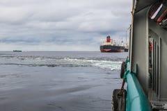 Sikt från skepp- eller skytteldäck till det öppna havet - tungt arbete på havet arkivbild