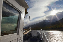Sikt från skeppet på solnedgång över berg royaltyfri fotografi