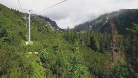 Sikt från skidliftkabelbilen i Tatra berg stock video