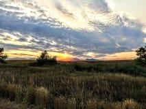Sikt från slinga nära dammet för Josh ` s i Broomfield Colorado på solnedgången som reflekterar av vatten, Rocky Mountains i bakg fotografering för bildbyråer